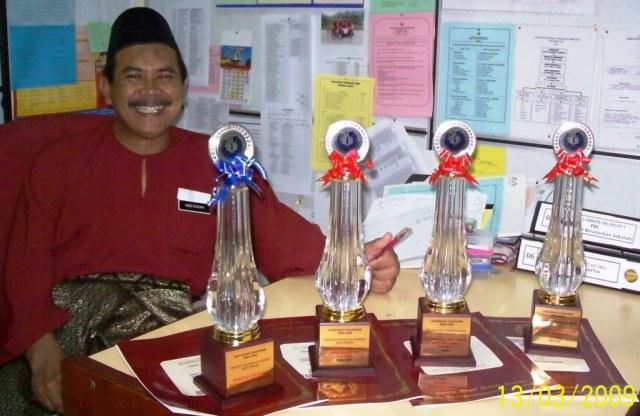 Guru Penolong Kanan 1 Abdul Razak Abdul Rahman tersenyum ceria setelah SMKPS menerima 4 anugerah dalam pencapaian SPM pagi tadi di sini hari ini.