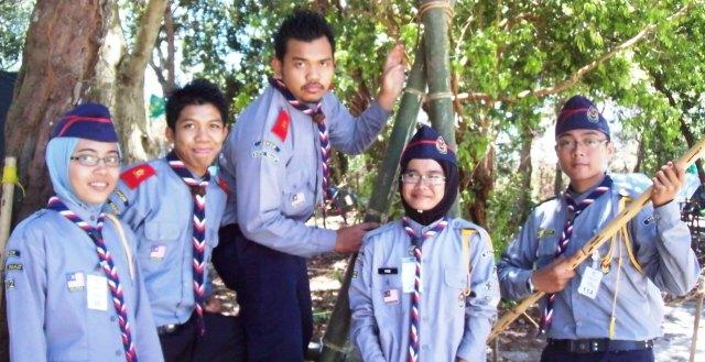 HEBAT ... Tiga pelajar SMKPS ,Mohd Shafiq Bin Nasir (kanan),Nur Fazrina Bte Ismail, (dua kanan) dan Nur Afifah Bte Ismail (kiri) antara ratusan pelajar yang berjaya menamatkan latihan lima hari bagi Pentarafan Ujian Pengakap Raja Negeri Johor.