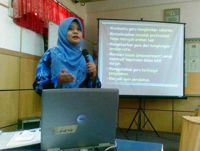 BERSEMANGAT ... Guru Nor Anida Selamat, membentangkan kajian tindakan 'Satu Guru Satu Kajian Tindakan' dalam mesyuarat guru kali ke-3 tahun ini.