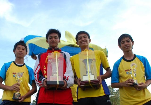 Mohd Siddiq Fadzil Md Jalal (dua kiri) dinobatkan sebagaikan peserta terbaik lelaki 15 dan olahragawan MSSD Batu Pahat  dengan pencapaian satu emas, satu perak dan memecahkan rekod kejohanan lari berpagar 110 meter (16.46 saat).