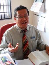 Guru pembimbing pemantun SMKPS, Encik Mustaffa Siraj.