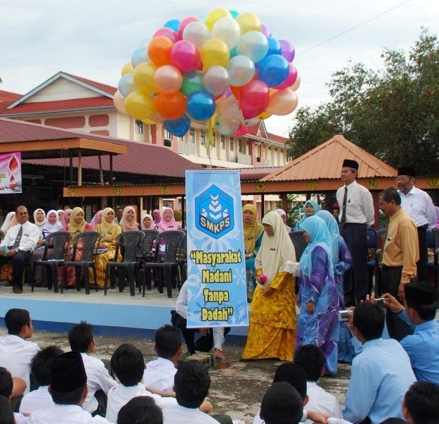 """Pengetua SMKPS Pn Hajah Salbiah melepaskan belon poster """"Masyarakat Madani Tanpa Dadah"""" ketika merasmikan pelancaran Minggu Antidadah SMKPS 2009"""