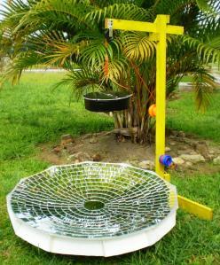 HEBAT ... PS'cooker memantulkan cahaya matahari sehingga titik fokusnya jatuh pada dasar bekas memasak. Dengan diameter 75cm, ia mampu menyadap cahaya matahari meliputi keluasan 4418 cm persegi. Alat ciptaan hebat ini berjaya mengalahkan lebih dari 20 pasukan pada pertandingan yang memakan masa sehari suntuk di SMK Sri Gading Khamis lepas.