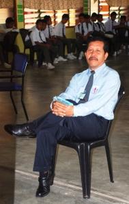 TENANG ... Tuan Haji Abdul Rahman Ithnin ketika sesi bergambar dalam salah satu aktiviti sekolah.