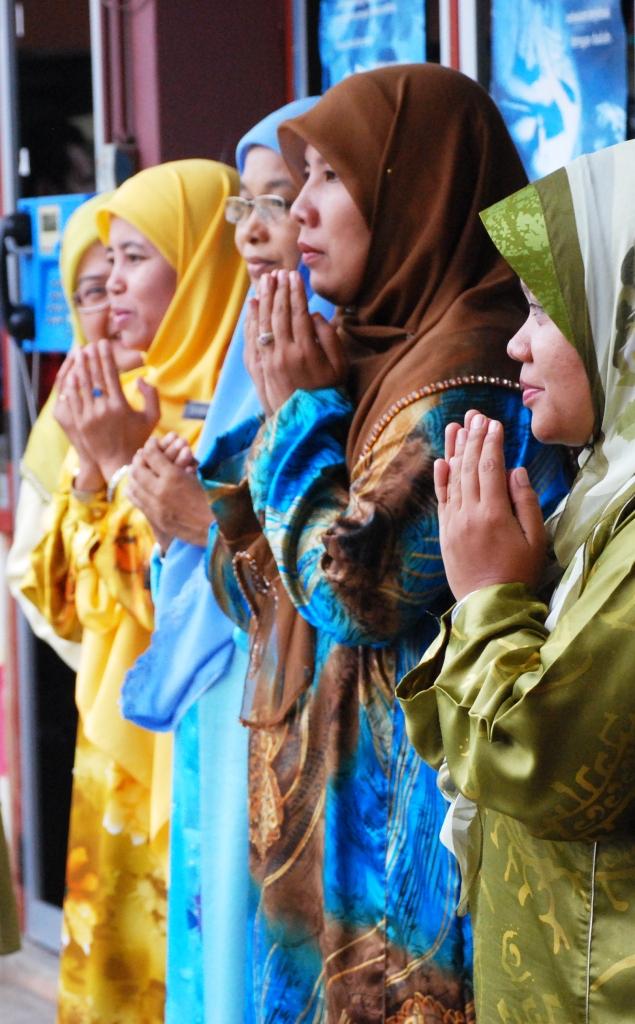 BERDOA ... berdoa kejayaan di dunia dan akhirat.
