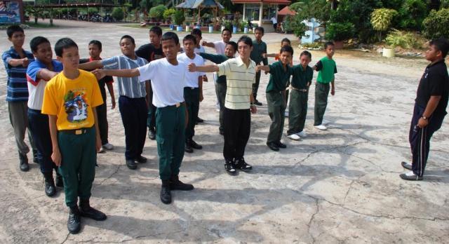 BERSEMANGAT ... Platun Kawad Kaki Unit Beruniform KRS bersedia memberi cabaran di pertandingan Kawad Kaki daerah Batu Pahat, yang akan berlangsung pada 13-15 April di Kem Pengakap Tanjong Laboh.