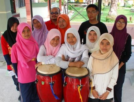 MUKA BARU ... Sembilan pelajar terdiri dari tingkatan tiga dan empat yang bakal mewakili SMKPS pada Pertandingan Nasyid Sekolah di SMK Datuk Menteri di Ayer Hitam esok.