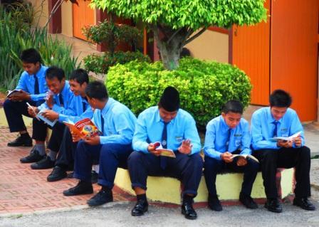 BUDAYA ILMU ... wajah-wajah mulus menunggu penuh setia di bilik darjah mengharap curahan pengetahuan.