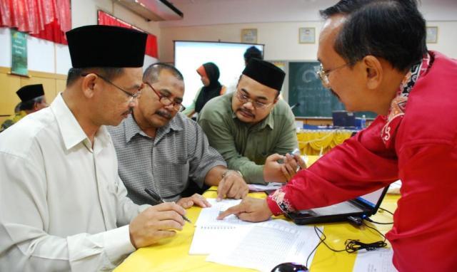 TELITI ... Penceramah Hari Profesionalisme kali-2 tahun 2009 Jurulatih Utama Headcount Sekolah Menengah Kebangsaan Dato Sulaiman (SMKDS) Mohd Nor Adnan memberi penerangan yang lebih teliti kepada beberapa guru SMKPS sempena hari profesionalisme kali-2 2009 di sini hari ini
