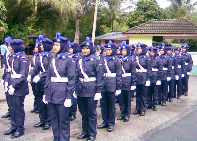 GAGAL ... Platun Kadet Polis gagal merebut tempat dalam saingan yang sengit pertandingan Karnival Kawad Kaki Daerah Batu Pahat 2009 di sini hari ini.