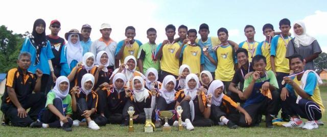 KAMI JUARA ... Alhamdulillah berkat usaha dan latihan dalam pertandingan akhir hari ini, pasukan Bawah 18 tahun lelaki berjaya mengalahkan SMK Munshi Sulaiman 5-3 manakala pasukan Perempuan mengalahkan SMK Senggarang 3-2.