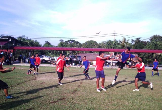 HEBAT... Pemain SMKPS melompat tinggi semasa membuat percubaan ke kubu SMK Dato Menteri