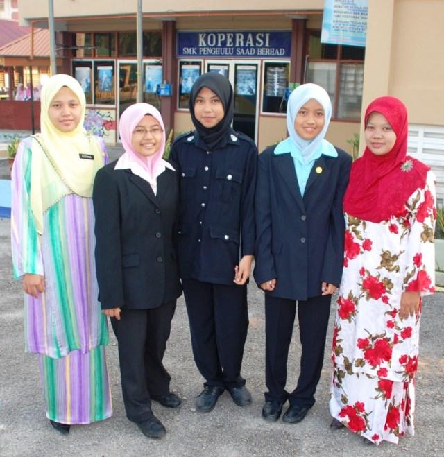 CERIA ... tiga peserta SMKPS, (dua dari kiri) Nadia Nurlaila, Iffah Haziqah, dan Nur Aliaanina