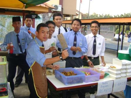 Kelas 5 Aktif dengan jualan nasi ayamnya.