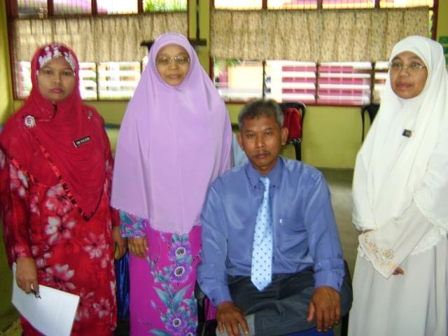 "Tulang belakang koperasi SMKPS. Dari kiri ""Pn Umi Kalsum Bt. Idham, Pn Hjh Fatimah Sharah Bt. Hitam, En. Mashudi B. Said dan Pn Bibah Bt. Tumin"""