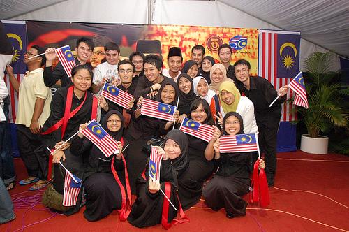 CERIA...Rakyat Malaysia berbilang kaum menyambut kemerdekaan