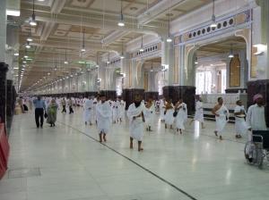 SAI'E...Jemaah berjalan dari Safa ke Marwah