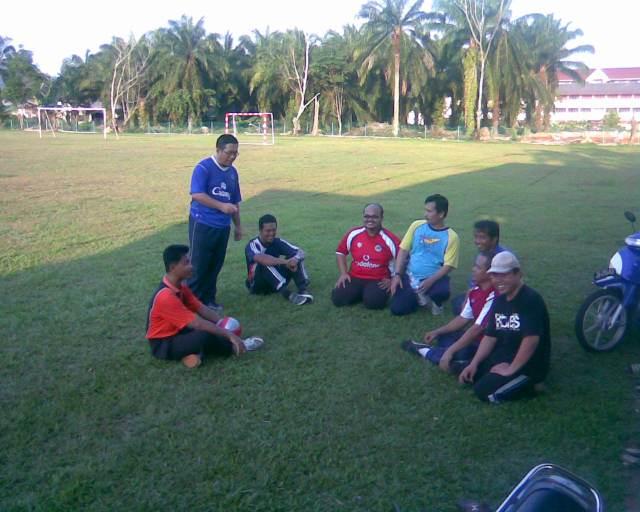 MERANCANG STRATEGI... Para pemain tekun mendengar penerangan Encik Mustaffa Siraj , kapten pasukan(berbaju biru) selepas latihan