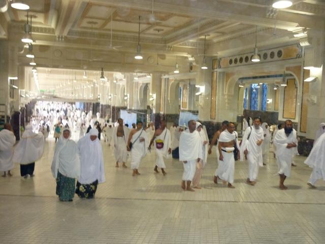SA`IE ... Jemaah berjalan dari Safa ke Marwah