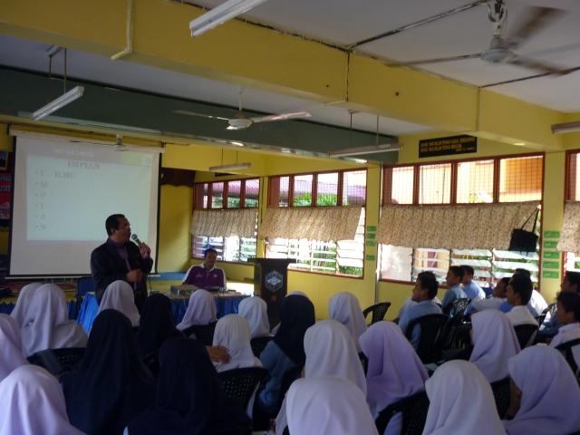 Encik Mohd Toha, kaunselor jemputan sedang berceramah