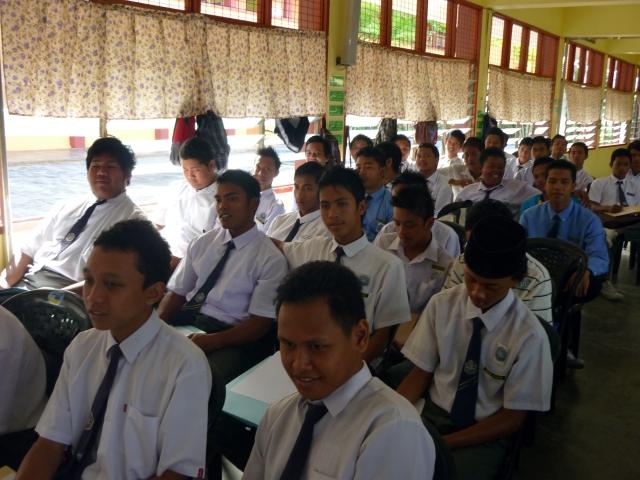 FOKUS... Pelajar lelaki memberi perhatian semasa program