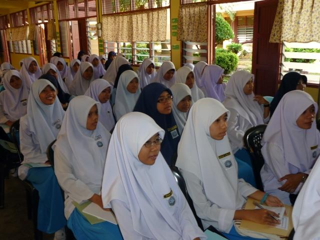TEKUN...Pelajar sedang mendengar ceramah motivasi