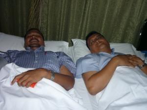 CERIA... Haji Ramlan (kiri) sedang menderma darah