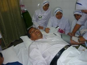 LAYANAN MESRA... Cikgu Mustaffa dikelilingi para jururawat