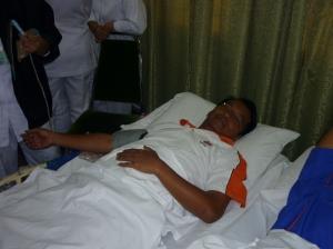 SELESA... Cikgu Sahri menunggu diambil darah