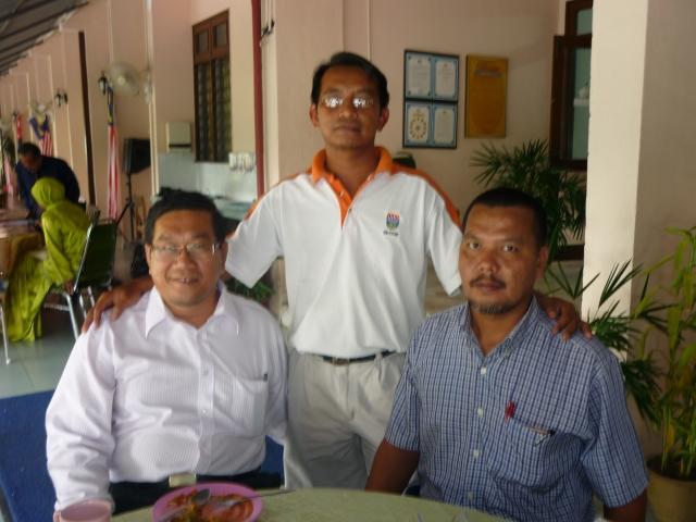 SELESAI... Cikgu Mustaffa, Sahri dan Hj Ramlan selepas menderma darah
