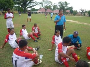 TEKUN.. Pemain-pemain sedang mendengar amanat jurulatih