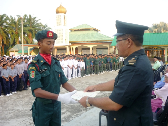 Nor Adika sedang menerima sijil Pegawai Waran 11