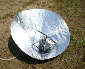 PS'COOKER: Pemantul parabola memfokuskan haba ke alat memasak di bahagian tengah