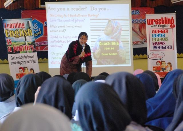 Bersungguh-sungguh ...Puan Rashidah Zakariyya menyampaikan motivasi kepada pelajar PMR SMKPS sempena English Sure Boleh bagi pelajar tingkatan 3.