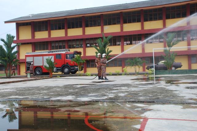 DEMONSTRASI PEMADAMAN API...Anggota bomba menunjukkan cara menggunakan hos pemadam api