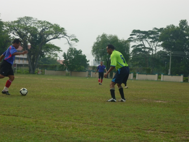 TANGKAS... Pemain Batu Pahat, Yahya Sirat (biru) cube melepasi pemain Kluang