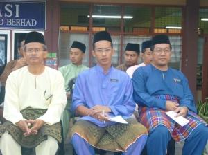 KHUSYUK.. Haji Zainal, En Najhan dan En Mustaffa mendengar ucapan  Pengetua SMKPS