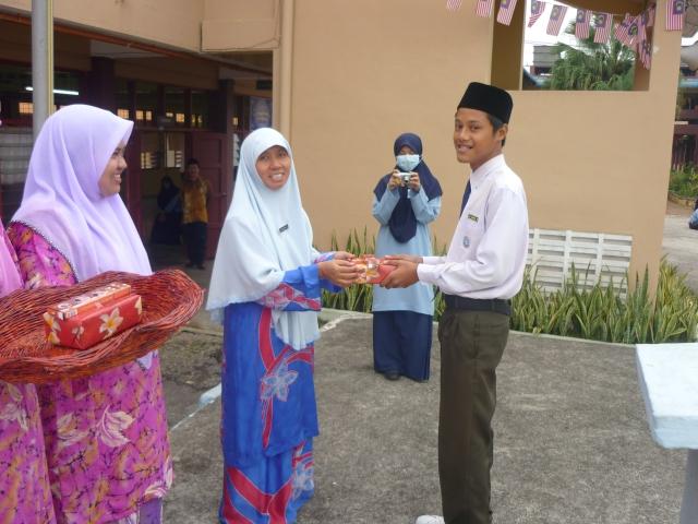 Pengetua SMKPS menyampaikan hadiah kepada pemenang pertandingan Bulan Kemerdekaan
