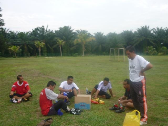 Para pemain sedang mendengar peneranga jurulatih BP, Encik Zainal Md Zin