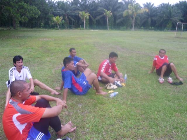 FOKUS.. Pemain sedang mendengar arahan jurulatih