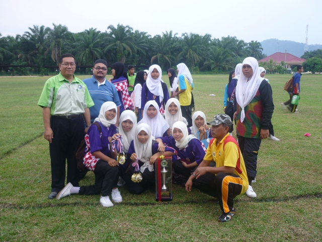 Pasukan Bola Baling SMKPS bersama Encik Mustaffa, Ustaz Ihsanudin   dan  Encik Mashudi (kanan)i