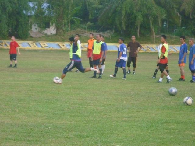 Pemain-pemain sedang menjalani latihan menendang tepat