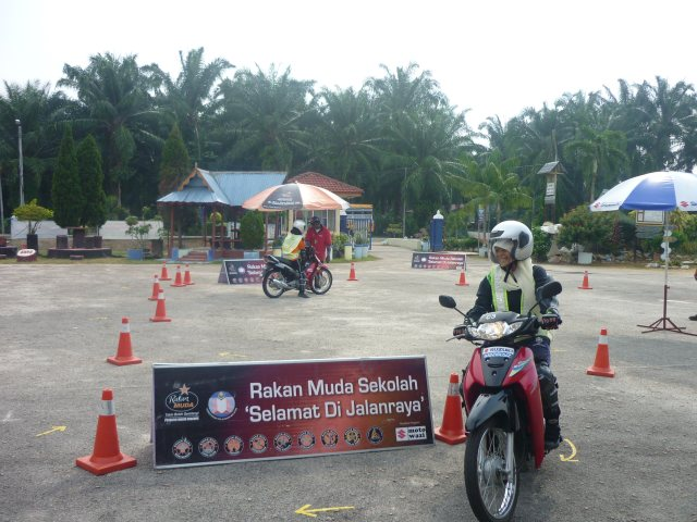 Pelajar sedang menjalani latihan praktikal menunggang motosikal
