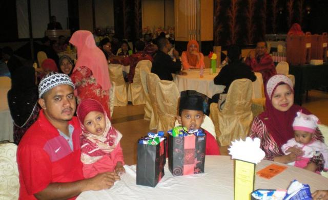 Puan Umi Umaroh dan keluarga