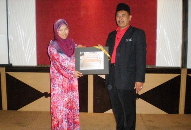 Puan Junaidah menerima hadiah kerusi jati dari En. Abd Razak Abd Rahman