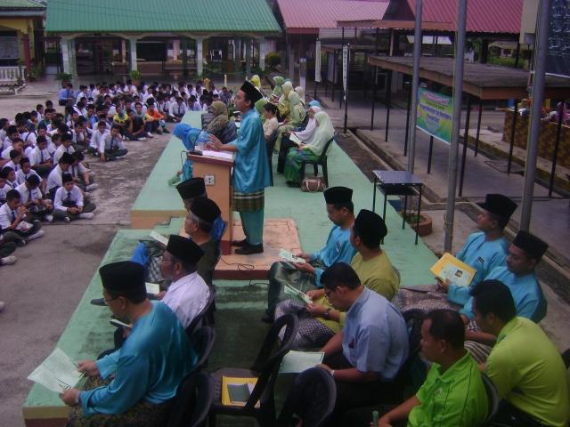 Pelajar dan guru khusyuk mendengar ucapan Penyelaras Projek iaitu En Mohd Khamsuldin b. Abd Wahab