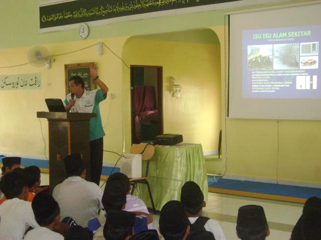 Raja Abdul ZRahman b. Raja Basok bersemangat menyampaikan ceramahnya.