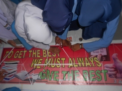 Pelajar mencantum kepingan motto