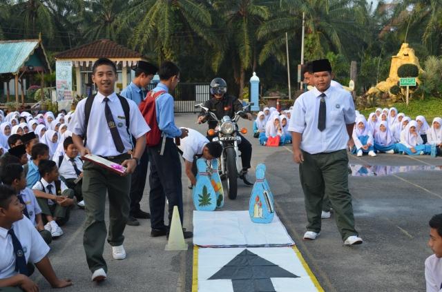 Pelajar membawa watikah pelancaran untuk diserahkan kepada Tn. Pengetua