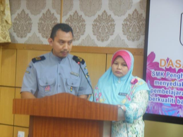 Cikgu Khamsuldin dan Puan Umi mendeklamasikan sajak
